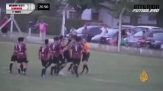 حكم أرجنتيني يتعرض للضرب من اللاعبيين والجمهور بسبب ضربة جزاء