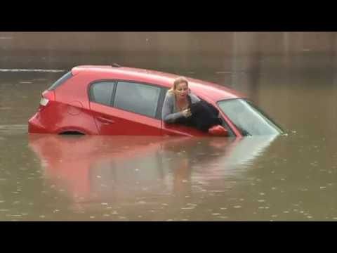 Nainen odottelee tyynenä tulvaan uppoavan autonsa katolla – Tulkaas joku hakemaan
