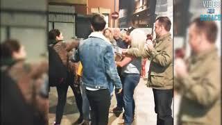 Bramkarz wyjaśnia trzy Karyny. Bramkarz rzuca na ziemię 3 kobiety, które go atakowały