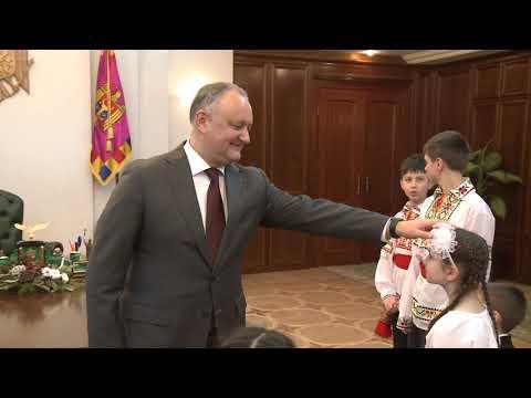 """Copiii de la orfelinatul """"Preafericitul Iosif"""" din Chișinău l-au colindat și semănat pe Președintele țării"""