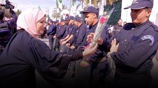 شاهد محامية تقدم باقة زهور لرجل أمن في مسيرة المحامين أمام المجلس الدستوري