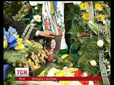У вишиванці та уквітчана квітами: у столиці попрощались з Оксаною Батько-Нищук (видео)