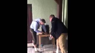 Два немца попытались открыть бочку с пивом при помощи молотка