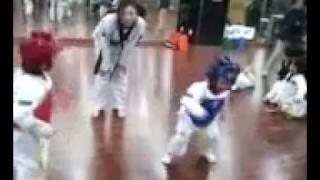Không nên cho con nít học Taekwondo quá sớm, những cú đá quá nguy hiểm so với lứa tuổi!