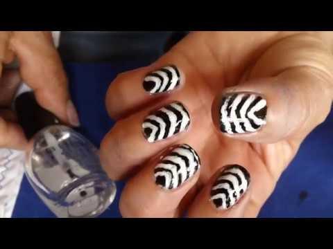 uñas decoradas con rallas blanco y negro