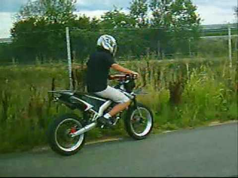 metaxeirismena moto - compilation video moto 50cc stunt derbi senda Xtreme dirt bike 125cc trial 250cc . wheeling stoppie...