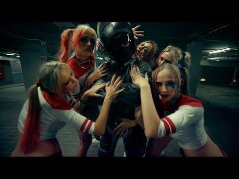 這5位俄羅斯正妹裝扮成「小丑女」大跳煽情電臀舞,她們互相拍打對方屁屁的畫面超犯罪啊!