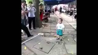 طفل يهدد رجال أمن بعصا بعد تعرض جدته البائعة لمضايقات منهم لتجاوزها بعض القوانين