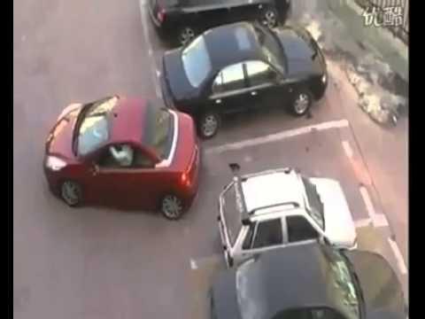 mai rubare il parcheggio ad una donna. come riuscirà ad uscirne fuori ?