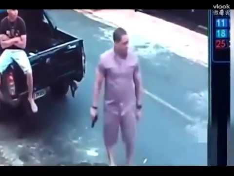 男子正在路邊聊天,突然發現不對勁,監控拍下這個畫面!