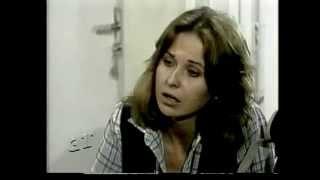 Cena do capítulo 05 de 'Dancin' Days'.Exibida originalmente em 14 jul 1978.Acusada de atropelar e matar um guarda-noturno, Júlia é condenada a 22 anos de prisão. Depois de cumprir metade da pena, ela consegue liberdade condicional. A partir de então tenta, de todas as formas, livrar-se do estigma de ex-presidiária.Fonte: 'Memória Globo'