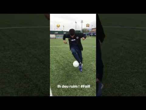 Neymar si auto dribbla… e cade a terra!