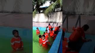 Anak sekolah di kolam renang