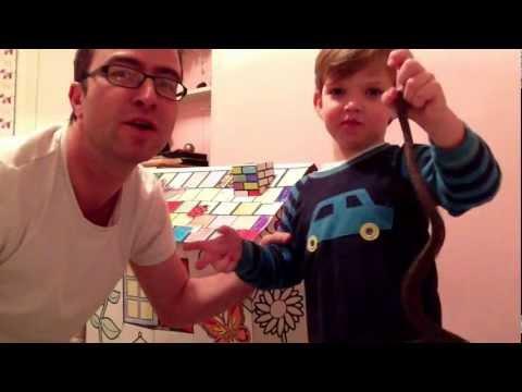 Liten pojke bestraffas med knytnäve i ansiktet