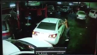 مواطن يفاجئ اللص الذي سرق سيارته داخل ورشة.. شاهد ردة فعل السارق