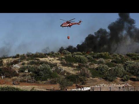 Μαίνεται η πυρκαγιά στα Καλύβια