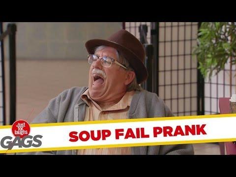 Broma sirviendo la sopa