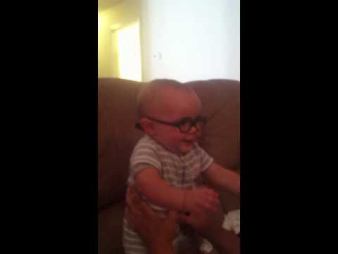 視力有問題的9個月大寶寶第一次戴上眼鏡,他看見媽媽的那一刻…大家都感動到想哭啊!