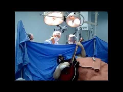 Paciente canta e toca violão durante cirurgia no cérebro em SC