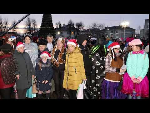 Красочным шествием новогодних сказочных персонажей начался праздник в Мостах