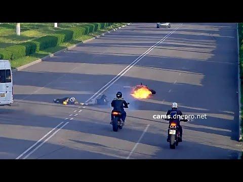 Мотоциклист упал под авто - шлем не спасает иногда