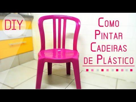 Cadeiras plásticas coloridas