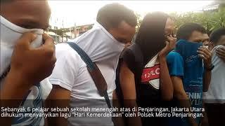 """JAKARTA, KOMPAS.com - Polsek Metro Penjaringan Jakarta Utara menghukum enam orang pelajar yang kedapatan membawa senjata tajam jenis celurit dengan menyanyikan lagu """"Hari Kemerdekaan.""""Peristiwa itu terjadi di Halaman Polsek Metro Penjaringan Jakarta Utara, Rabu (16/8/2017)."""