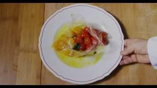 Pomodorini rossi e gialli cotti nella carta trasparente