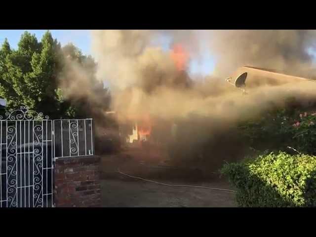 Người hùng cứu một ông già khỏi căn nhà đang bốc cháy (y)