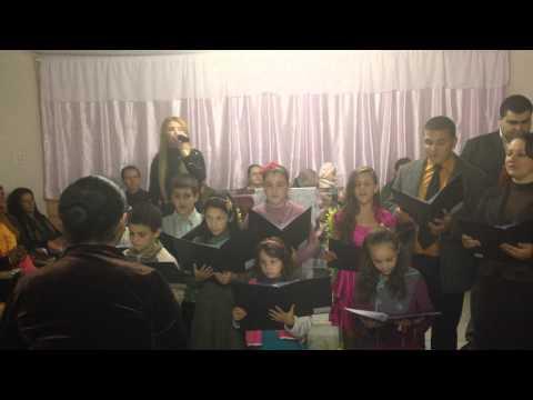 Mary Hellen cantando com as crianças hino Detalhes em Araricá - RS