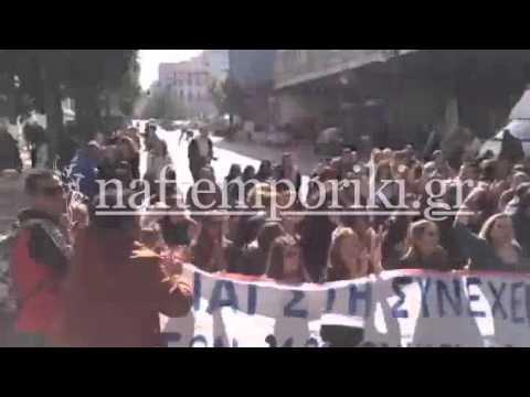Καθιστική διαμαρτυρία εργαζόμενων στις κοινωνικές δομές έξω από το υπ. Εργασίας
