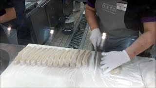 Video Hong Kong Street Food. Cooking Fried Loaves of Bread. Action in the Kitchen of a Chiense Restaurant MP3, 3GP, MP4, WEBM, AVI, FLV April 2019