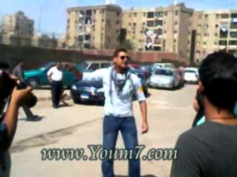 """بالفيديو.. المتضامنون مع مايكل نبيل يهتفون ضد """"العسكري"""""""