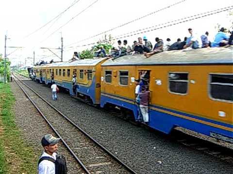 Kereta Api Langsam berangkat Stasiun Pondok Ranji