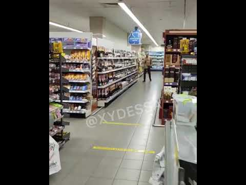 В Белгород-Днестровском неадекватный посетитель супермаркета избил бутылкой коньяка охранника