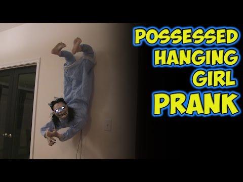 他將一隻會發聲的鬼掛牆上惡整熟睡的朋友,然後架攝影機錄下他睜開眼時的反應…