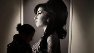 Cuando murióAmy Winehouse, en el cenit de su carrera, su autopsia reveló que había bebido cinco veces por encima del límite permitido para conducir, un abuso que vino anticipado por diversas actuaciones desastrosas durante aquél último verano.