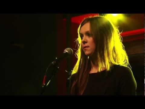 Tekst piosenki Agnieszka Osiecka - To miasto jest jak płomień po polsku