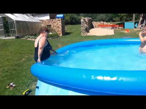 Jak dostat babičku do bazénu!