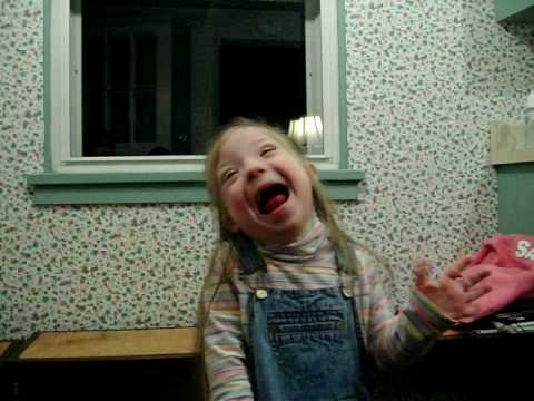 Ver vídeo Down Syndrome 3 year old girl singing the USA National Anthem