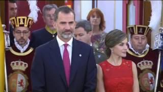 Ceremonia de entrega de insignias a los diputados y senadores de las Cortes Constituyentes