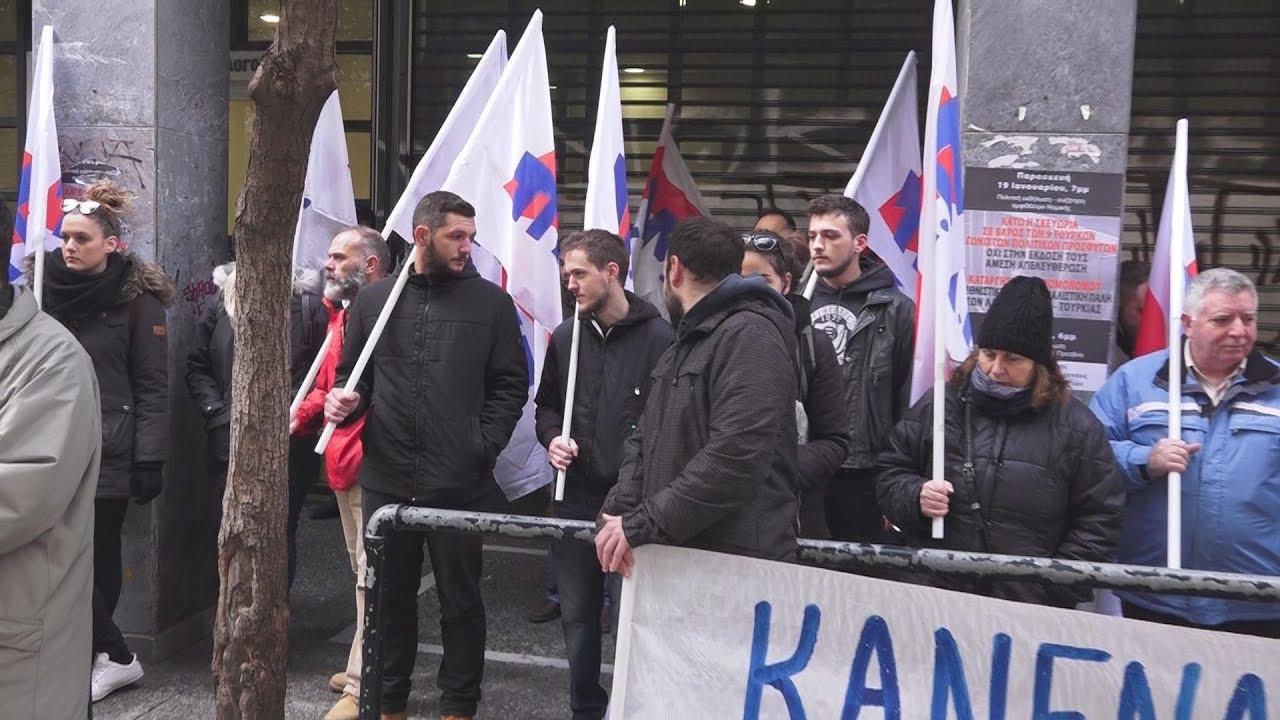 Παράσταση διαμαρτυρίας του ΠΑΜΕ στα γραφεία του Συλλόγου συμβολαιογράφων