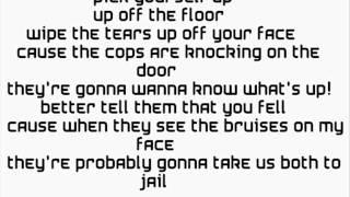 Falling In Reverse videoklipp Pick Up The Phone (Lyrics On Screen)