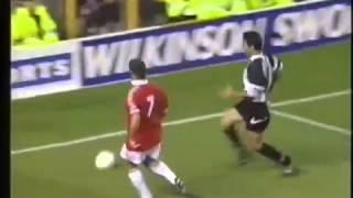 Eric Cantona irres Dribbling im gegnerischen Strafraum