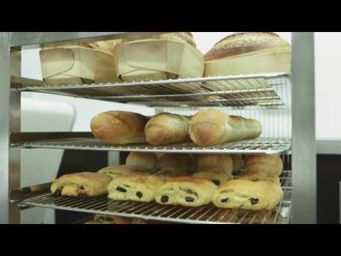 """Présentation de la seule unité mobile de formation aux métiers de la Boulangerie/pâtisserie actuellement en activité en Europe. notre projet pour la France se veut proche dans son concept de cet équipement avec une dimension """"promotion"""" et une autre """"numérisation"""" en plus pour la rendre plus adaptée aux besoins actuels dans les parcours de formation proposés."""