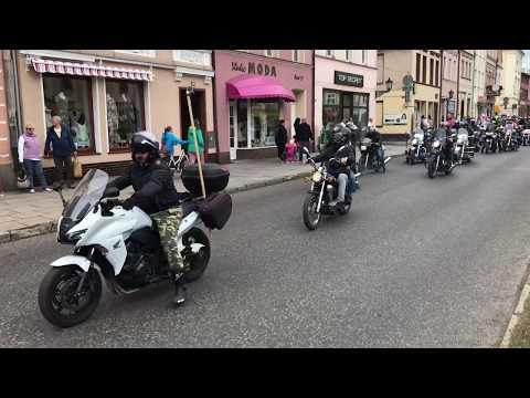 Wideo1: Parada motocykli ulicami Rawicza podczas zlotu Moto Niedźwiedź