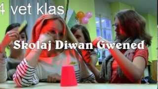 Setu sonenn an tasoù kanet ha sonet get skolajidi 4vet Skolaj Diwan Gwened. Cup Song in breton by the pupils of the Diwan Breton school in Vannes. Becherlied...
