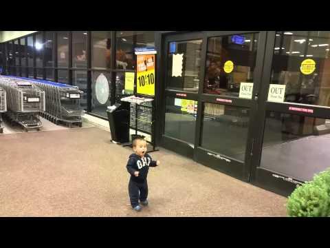 小男生第一次接觸到自動門,他完全搞不清楚以為怪物出沒的舉動已經可愛到紅翻天啦!