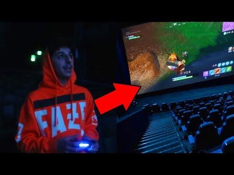 Junge spielt Fortnite im Kino!