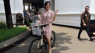 Video Diminta Nyanyi oleh Presiden Jokowi, Raisa Dapat Hadiah Sepeda MP3, 3GP, MP4, WEBM, AVI, FLV Februari 2018